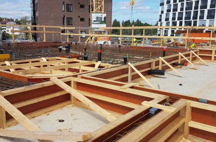 puukerrostalon rakenteita rakentamisen aikana