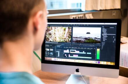 tietokoneen ruutu, jossa muokataan videosisältöä