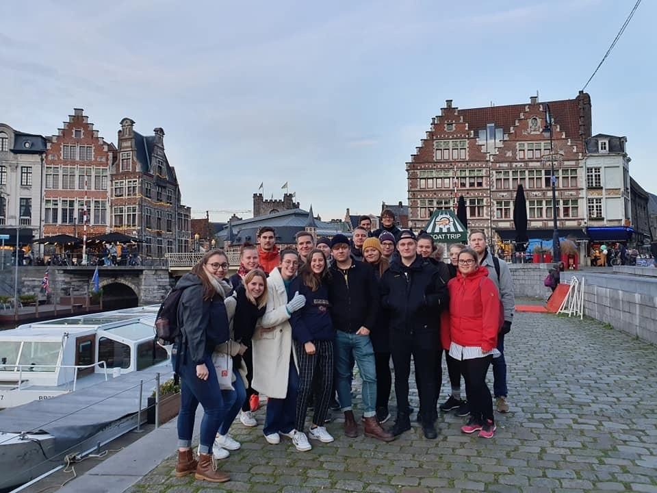 Kuvassa ryhmä opiskelijoita Gentin kaupungissa Belgiassa.